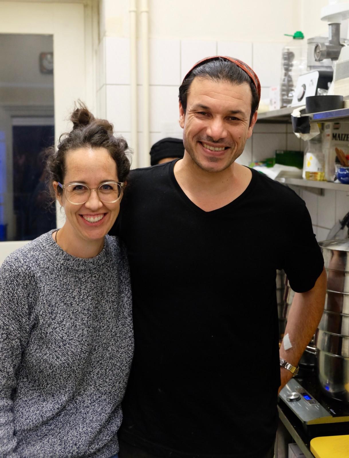 Da strahlen sie! Das herzige Gastgeberpaar Jennifer und Akram in ihrem ersten eigenen Restaurant. Foto: Lunchgate/Anna