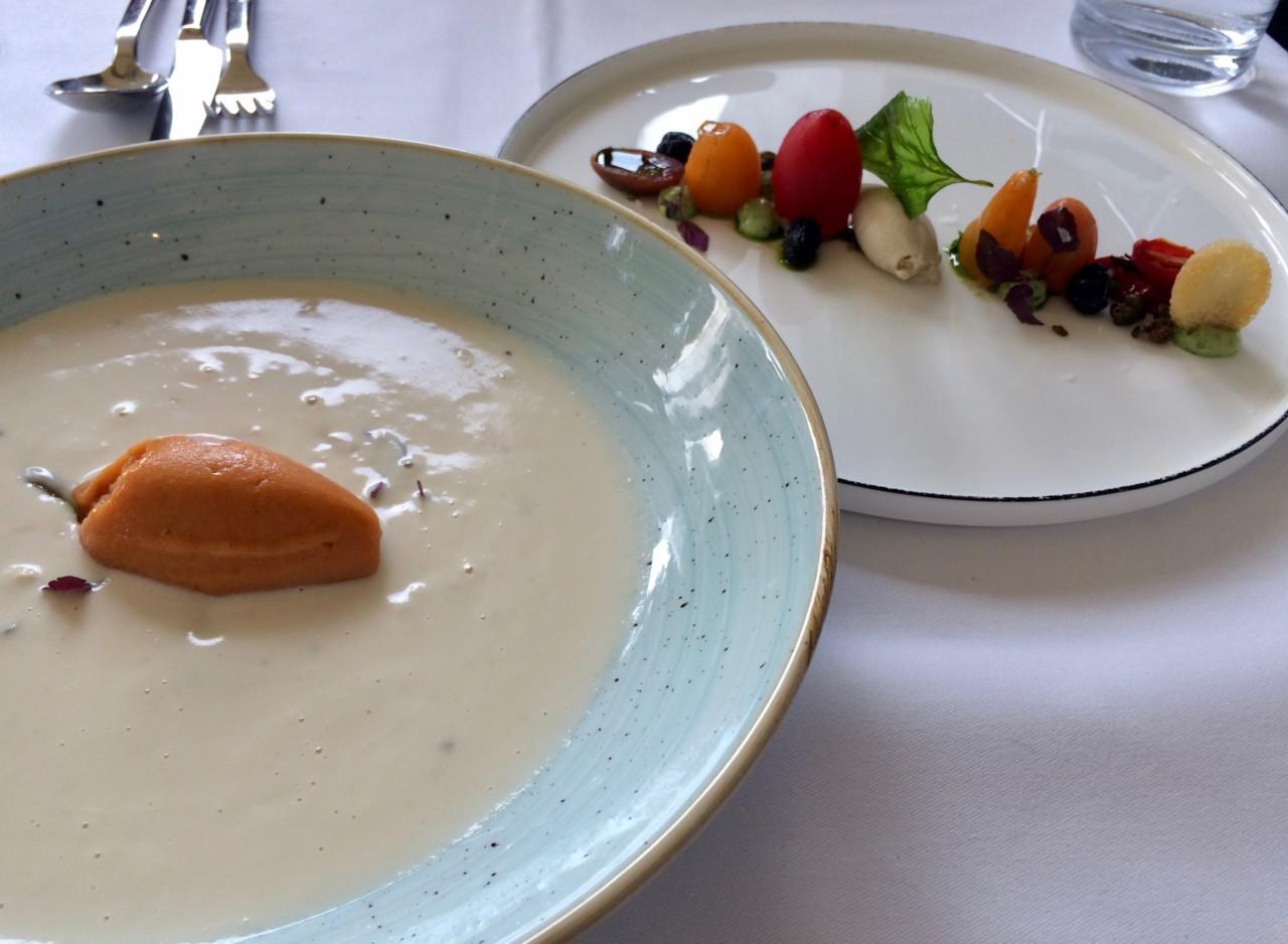 Die geräucherte Sellerieknollensuppe mit Sorbet und anderen Einlagen war nur eine der grandiosen Vorspeisen der diesjährigen August-Menükarte in der Marktküche. Foto: Lunchgate/Anna