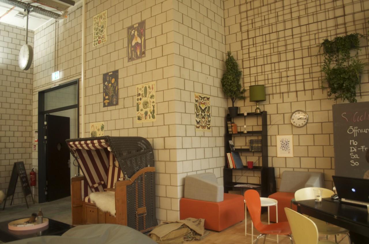 Sofas, Sessel und Poster lassen Dich wie zuhause im Wohnzimmer fühlen. Foto: Lunchgate/Larissa.