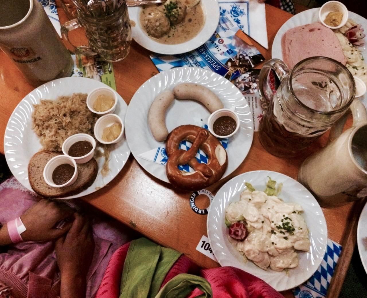 Laugenbrezel, Weisswurst, süsser bayrischer Senf. Dieser Klassiker ist Vorbild für das Weisswurst-Crostini zum Apéro. Foto: Lunchgate/Anna
