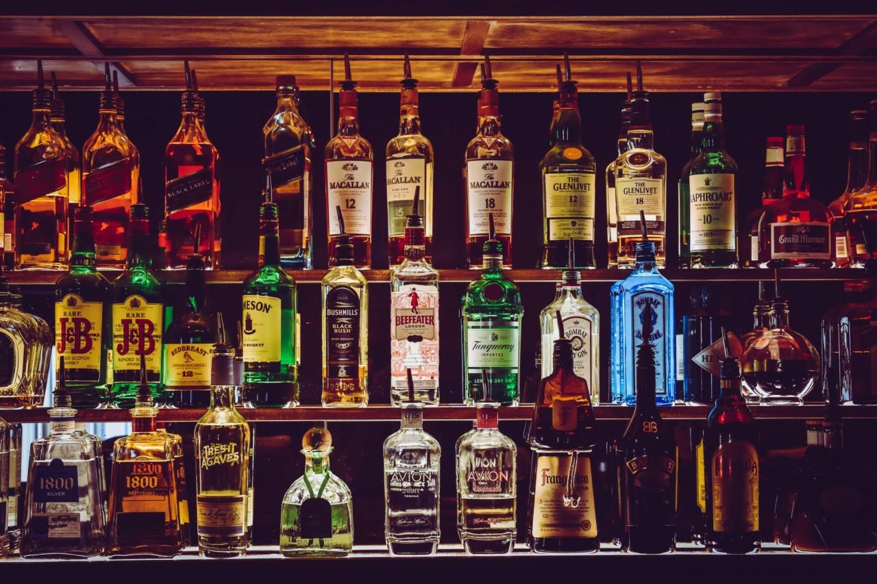 Die Flaschen wären da - aber wie ging nochmals der Drink? Mixology zeigt's. Foto: pexels