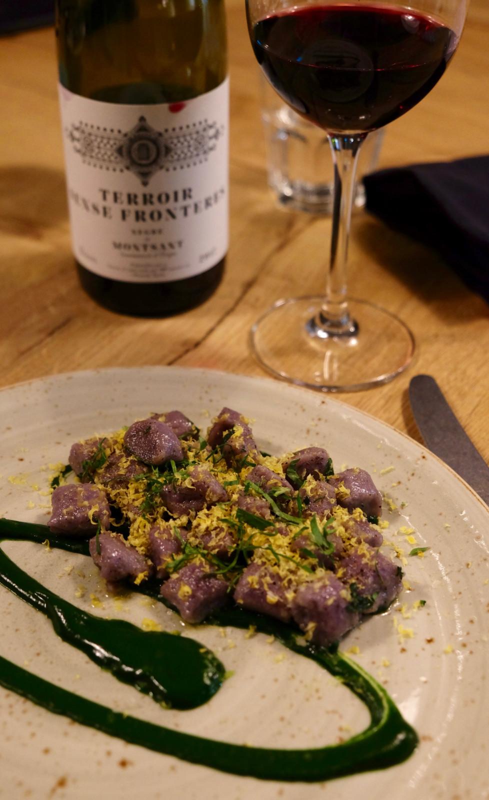 Mein Highlight: Bergkartoffelgnocchi und ein wunderbarer Rotwein. Foto: Lunchgate/Anna