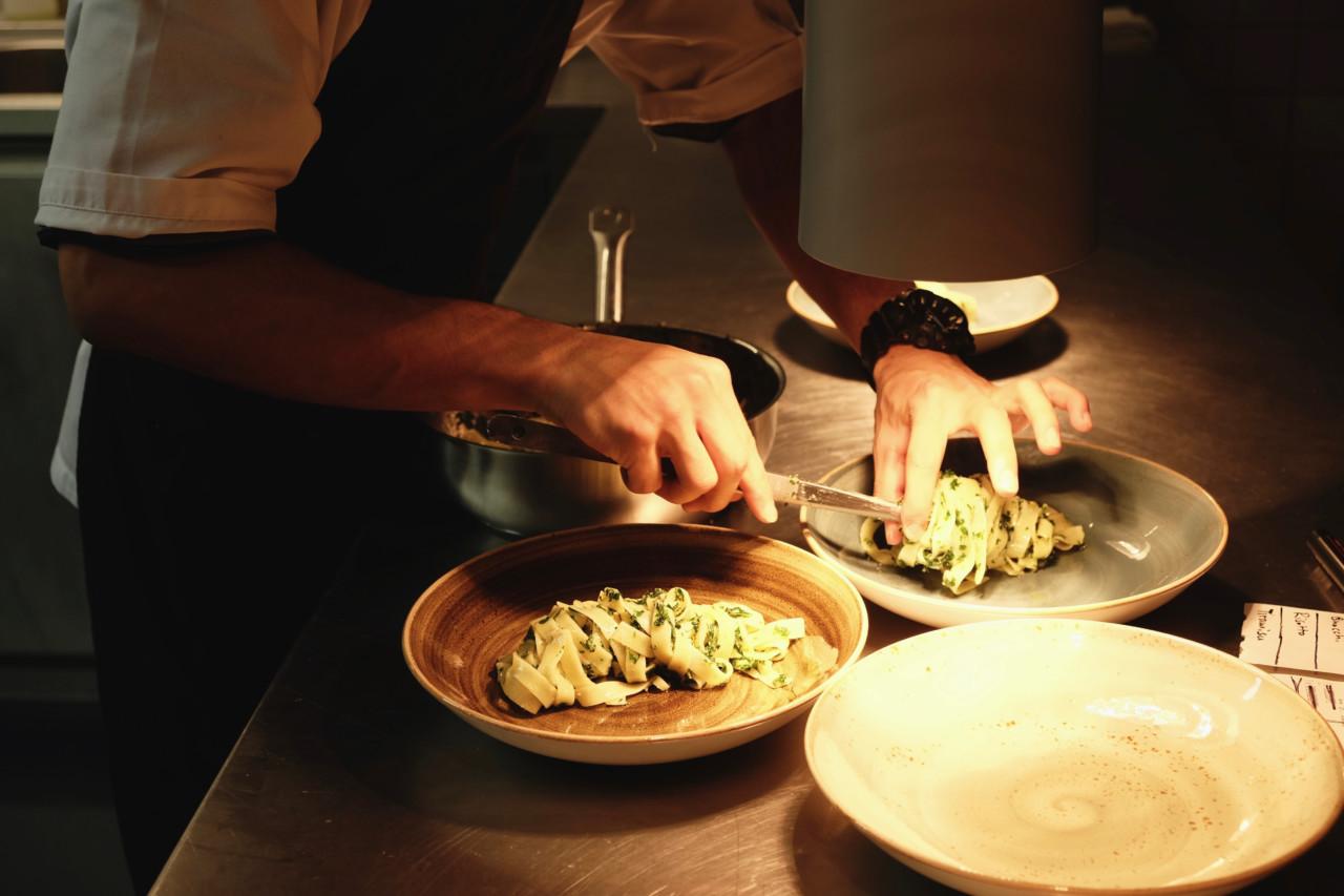 Linus richtet die Tagliatelle als Hauptspeise an. Foto: Lunchgate/Anna