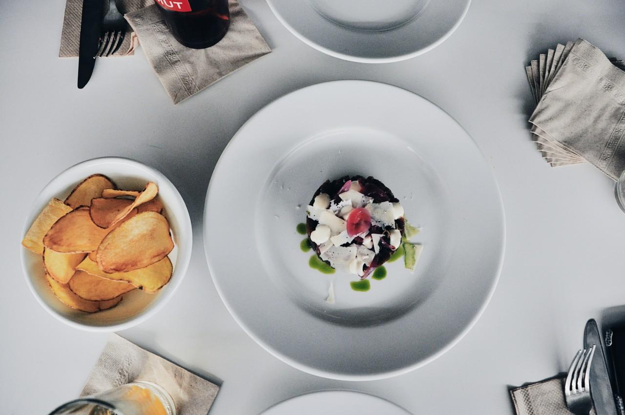 Liebevoll angerichteter Hirsch-Tatar-Teller mit warmen Chips: Ein Gaumenschmaus. Foto: Lunchgate/Marina