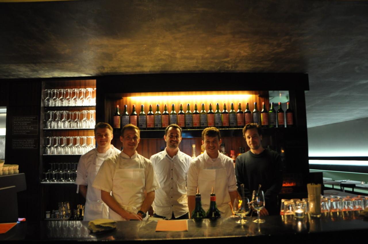 Das frischgebackene Gastgeberteam vor ihren Wermutflaschen. Foto: Lunchgate/Marina