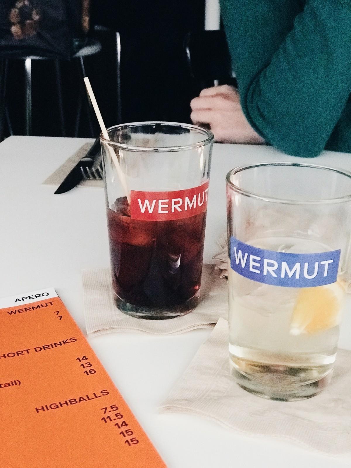 Stilecht: Hauseigener Wermut in hauseigenen WERMUT-Gläsern. Foto: Lunchgate/Marina