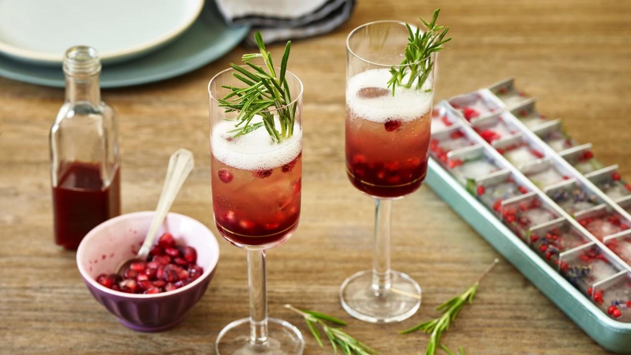 Dieses fruchtig-würzige Getränk sorgt garantiert für gute Stimmung. Foto: fuchs.de
