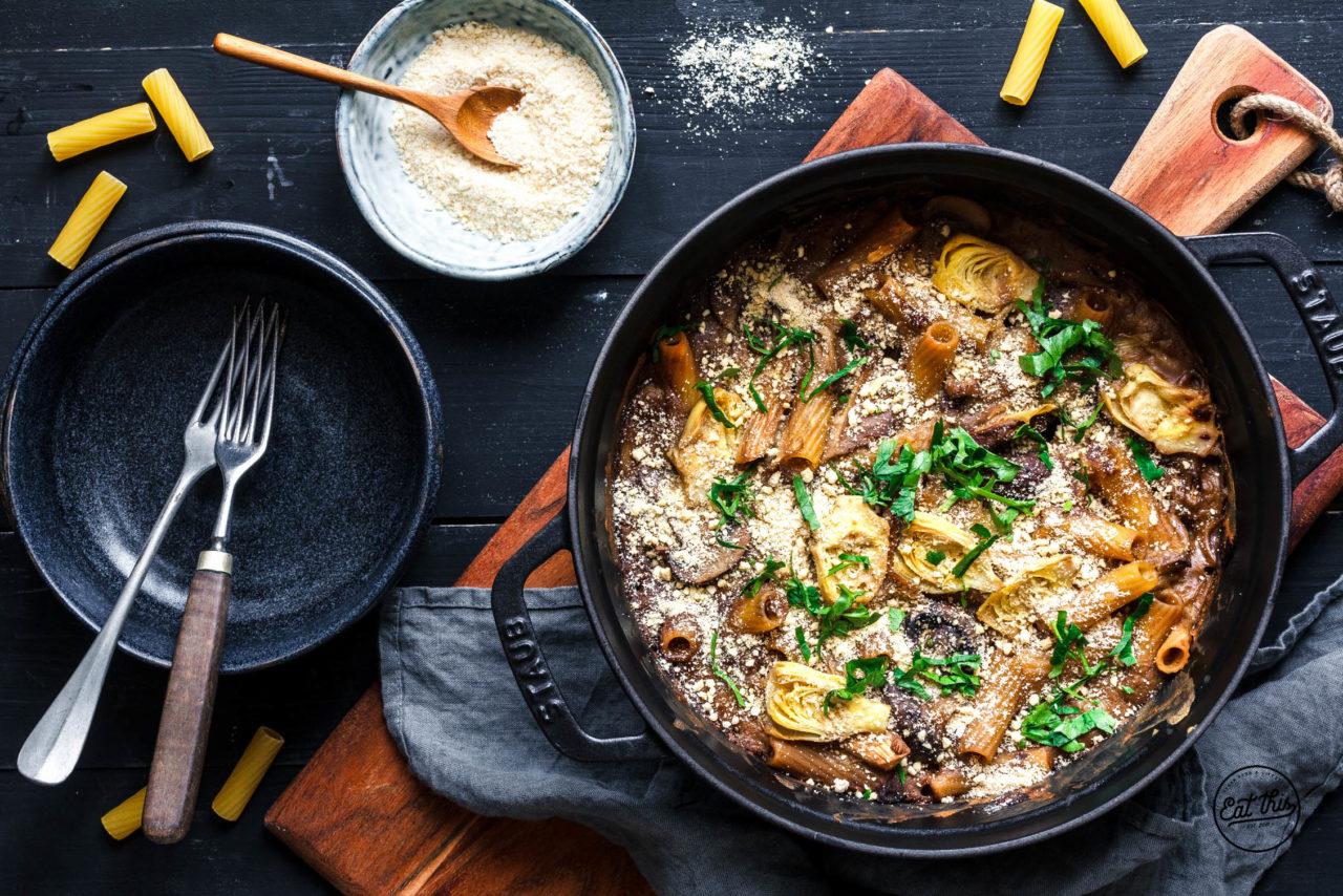 Sieht deftiger aus, als er ist: leckerer Pasta-Auflauf mit Artischocken. Foto: eat-this.org