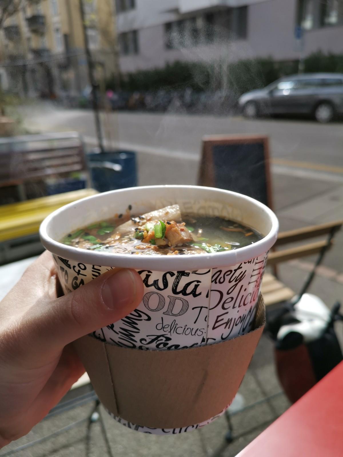 Ein Suppenbecher voller Geschmack. Foto: Lunchgate/Max