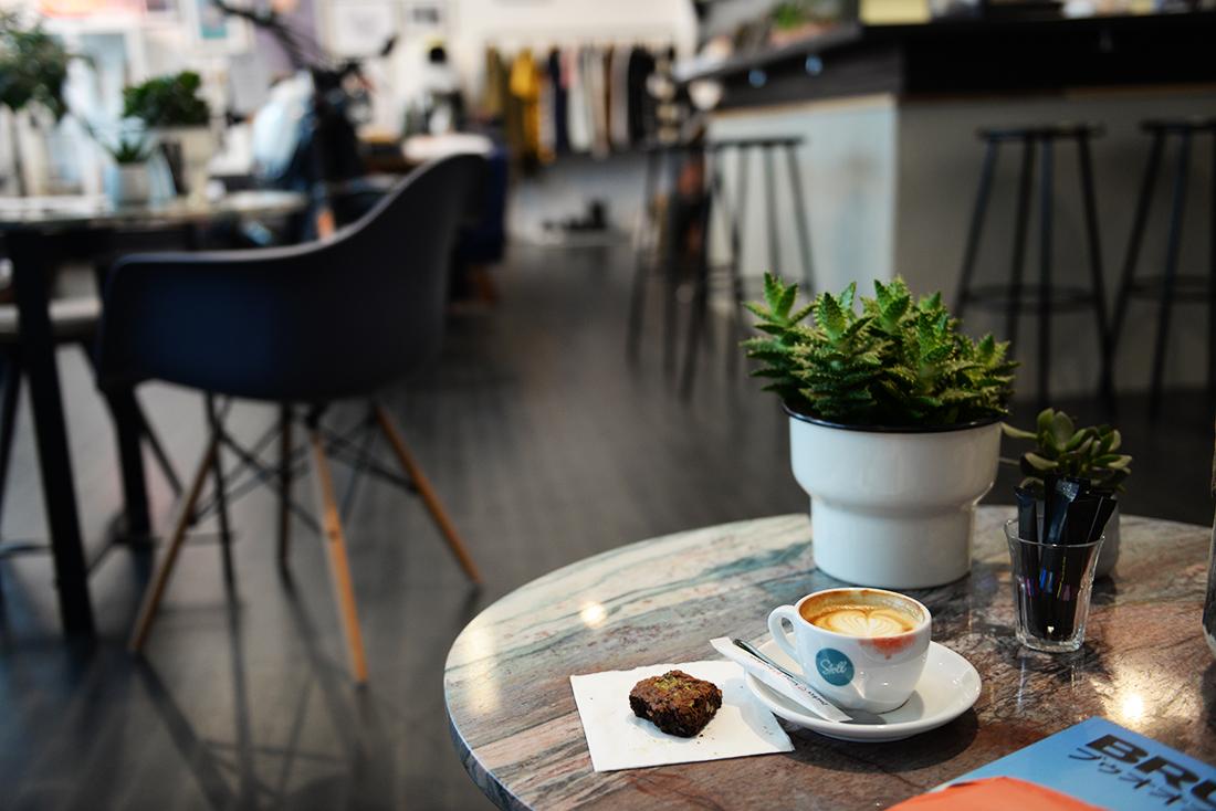 Kaffee und Brownie. Foto: DEUS