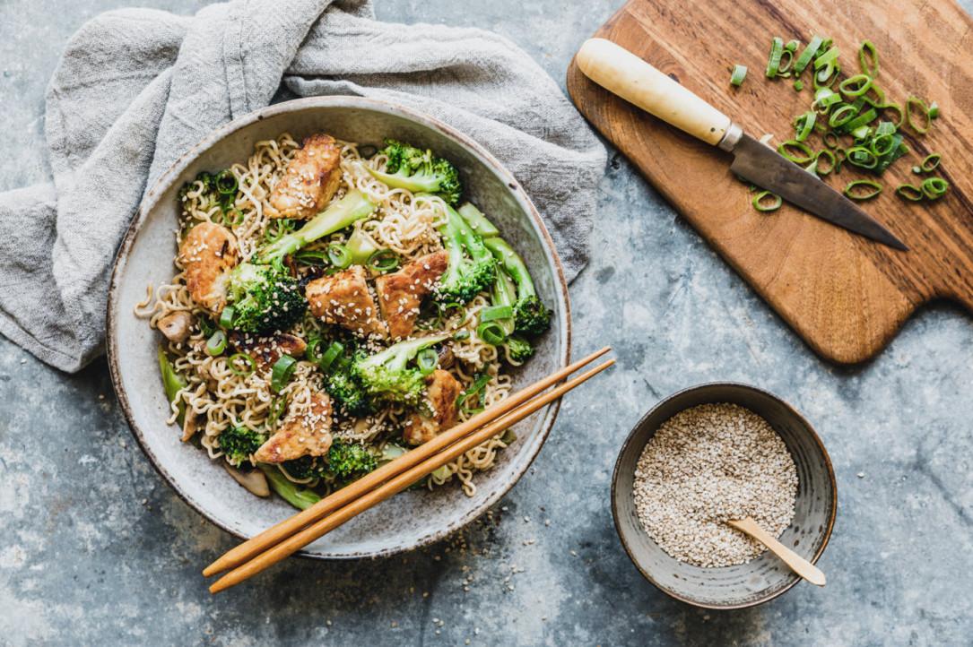 Abendessen mit Funktion: Bami Goreng mit vitaminreichem Broccoli. Foto: eat-this.org
