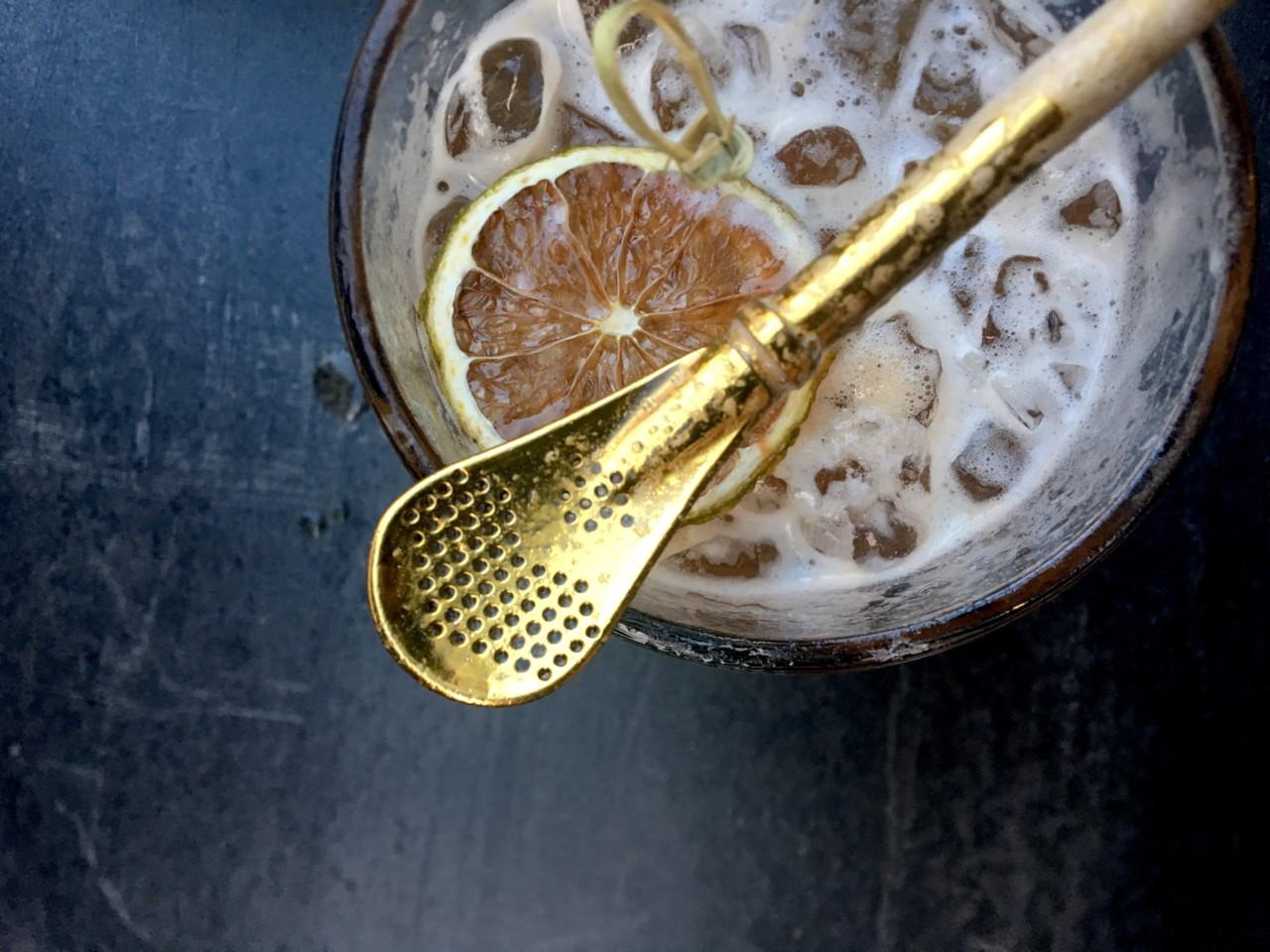 Mit liebevollen Details bei diesem leckeren Mezcal-Cocktails wie dem goldene Löffel, der gleichzeitig Strohhalm ist, wickelt uns das Team sofort um den Finger. Foto: Simone