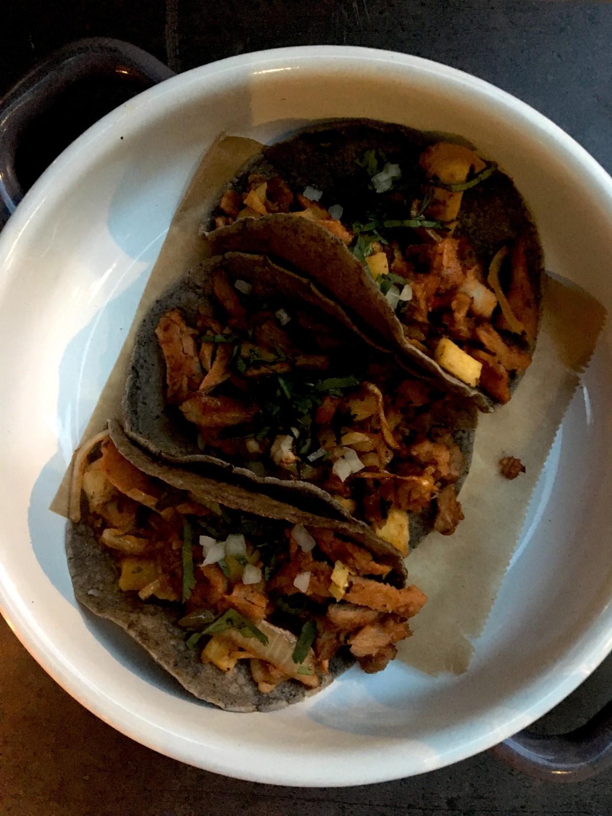 Dank hausgemahlenem Maismehl schmecken die Tacos nicht nur vorzüglich, der Teig hat auch die rauhe Konsistenz, die es braucht, um viel Sauce aufladen zu können. Foto: Simone