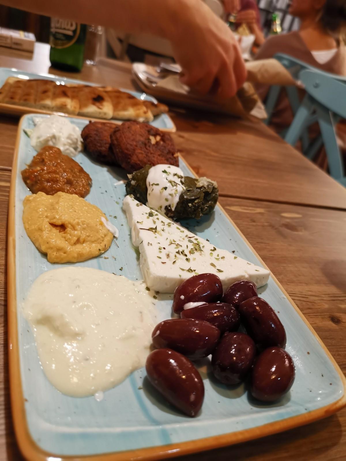Griechische Meze um den Magen auf die folgende Fleischorgie vorzubereiten. Foto: Max/Lunchgate