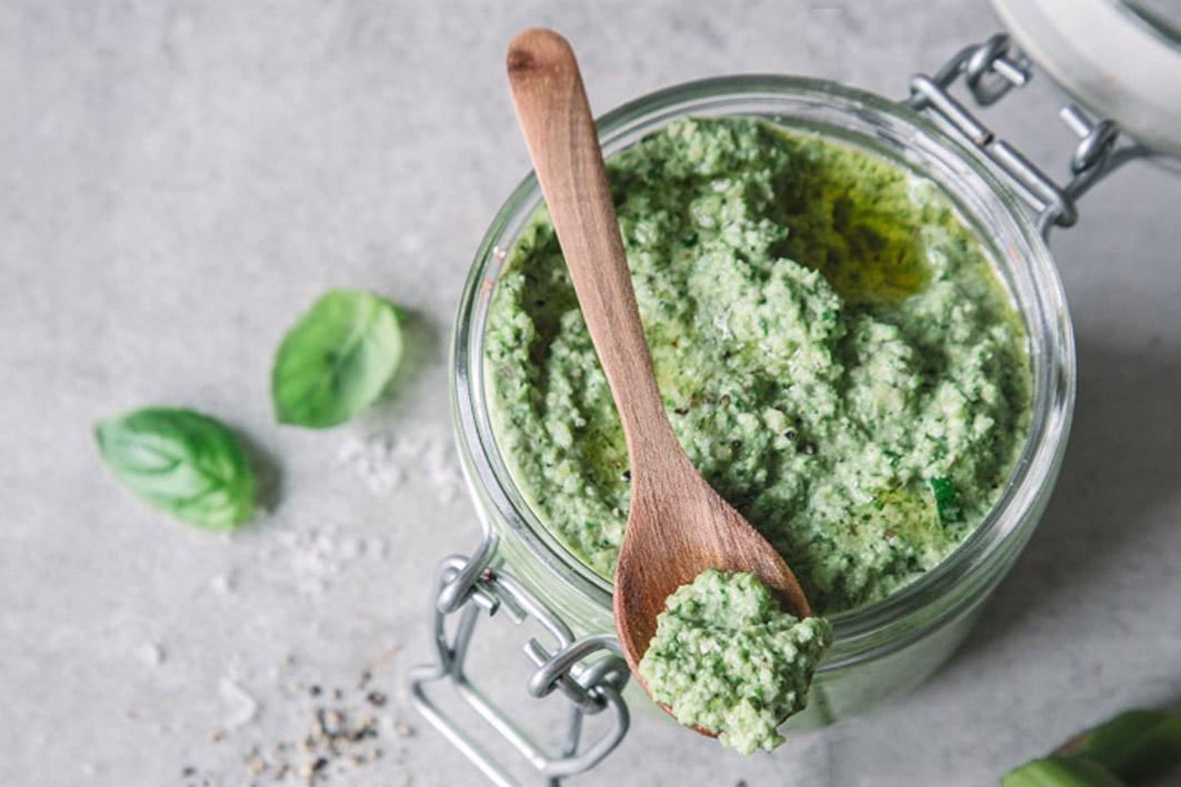 Für diese Sauce geht's den Kräutern in eurem Garten an den Kragen! Foto: foodlovin.de