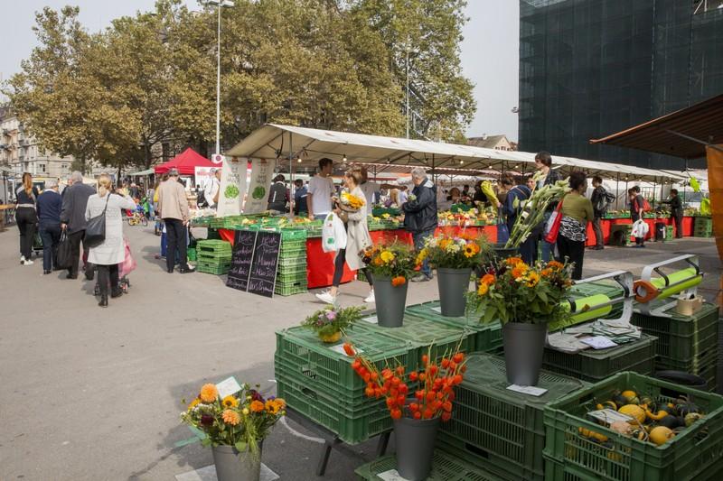 Auf dem Helvetiaplatz findet einer der grossen Wochenmärkte statt.