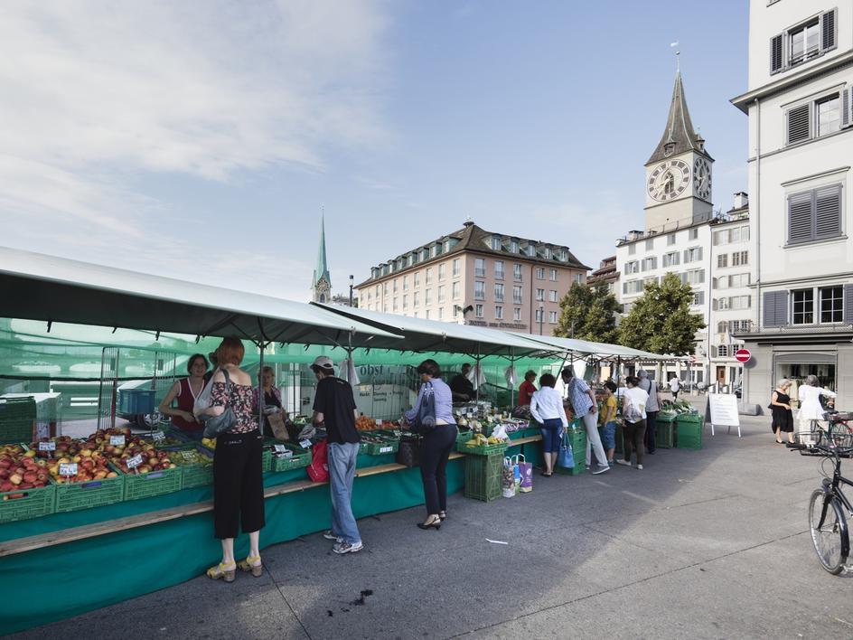 Einkaufen mit Aussicht: Wochenmarkt auf der Rathausbrücke.