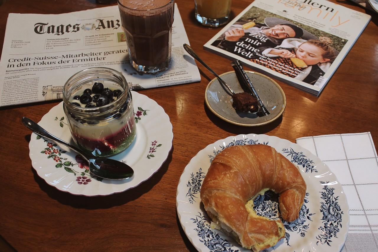 """Müesli mit Vanillecrème, Chia und Blaubeeren, der """"Calimerogipfel"""" und eine kalte Schokolade. Foto: Lunchgate/Selina"""