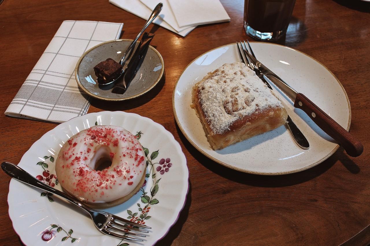 Himbeer-Donut und Dampfnudel: Süss, süsser, Kafi Sprössling! Foto: Lunchgate/Selina