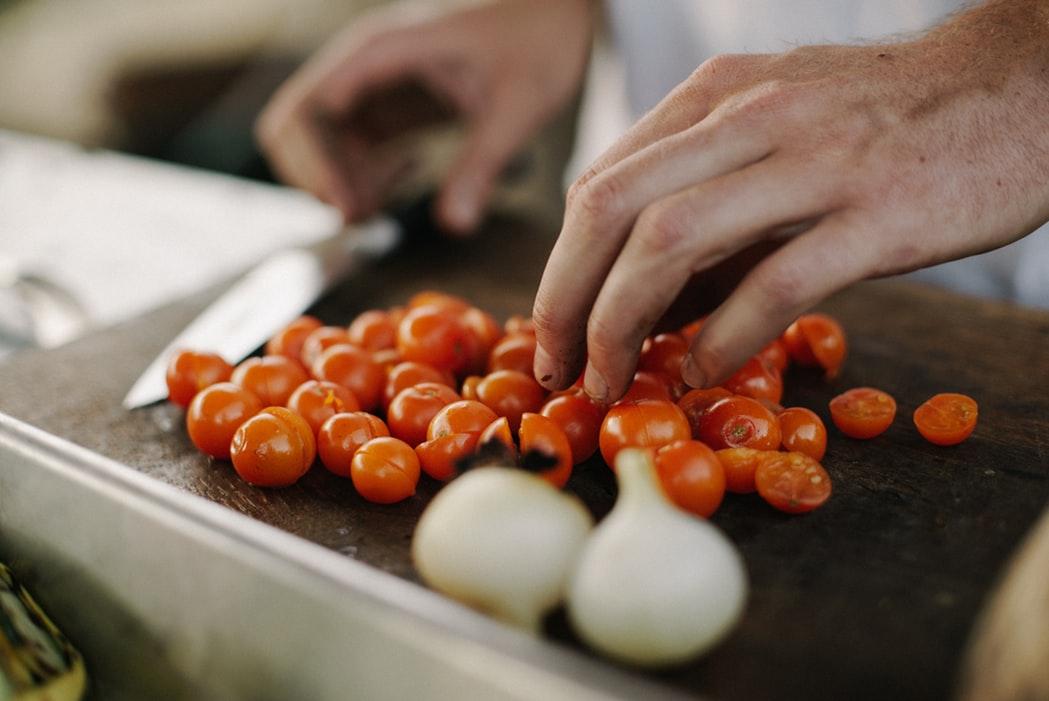 Na, und was ist dein Lieblingsessen? Mit ein paar kleinen Kniffen kannst du es ganz einfach veganisieren! Foto: unsplash.com