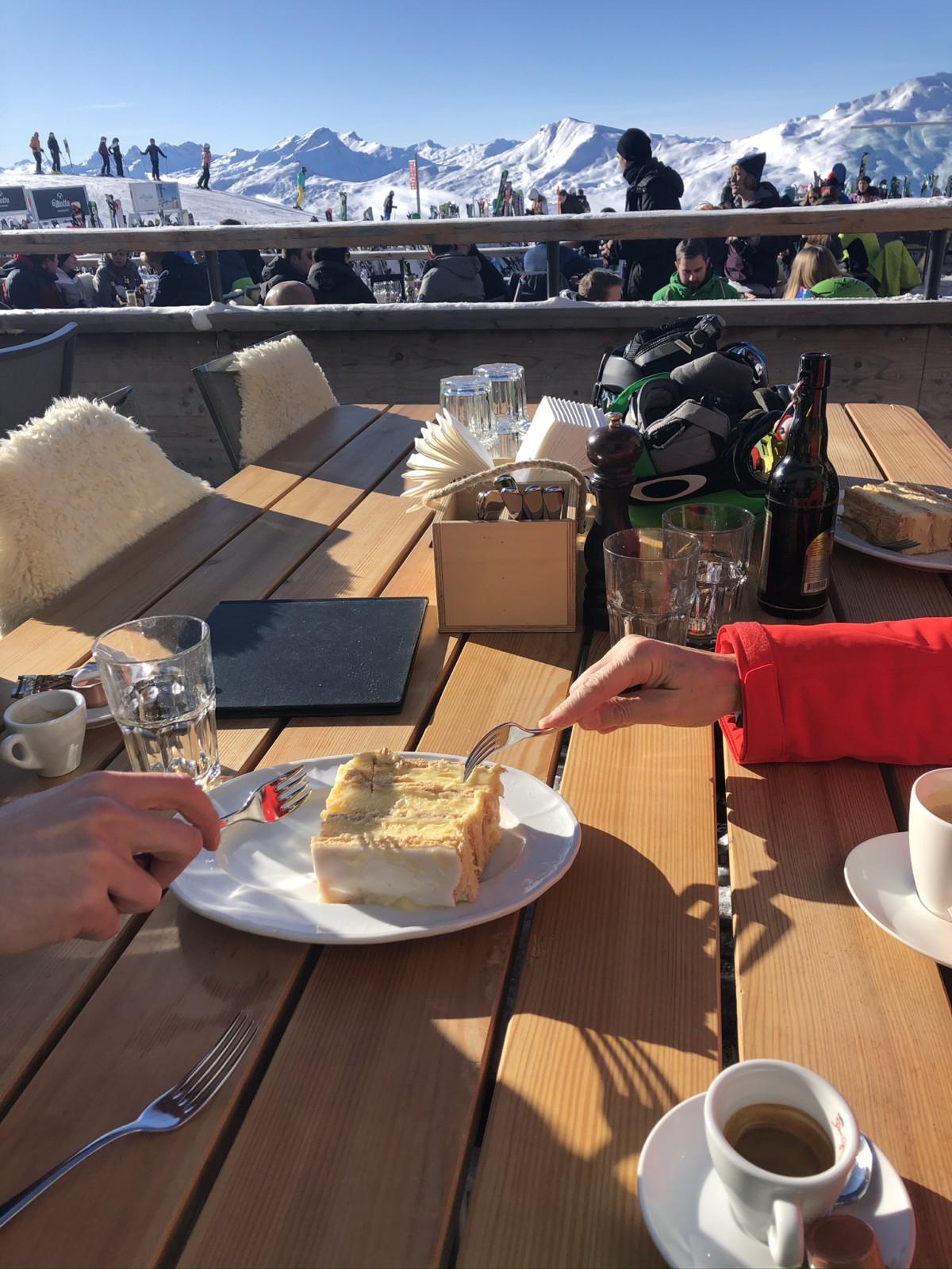 Crèmeschnitte mit Bergpanorama. Foto: Lunchgate/David
