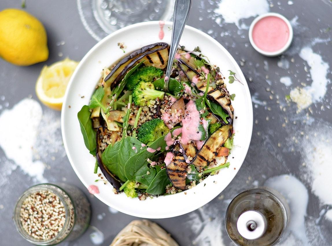 Langweiliger Salat? Nicht dieser Quinoa-Salat mit Spinat! Foto: justinekeptcalmandwentvegan.com