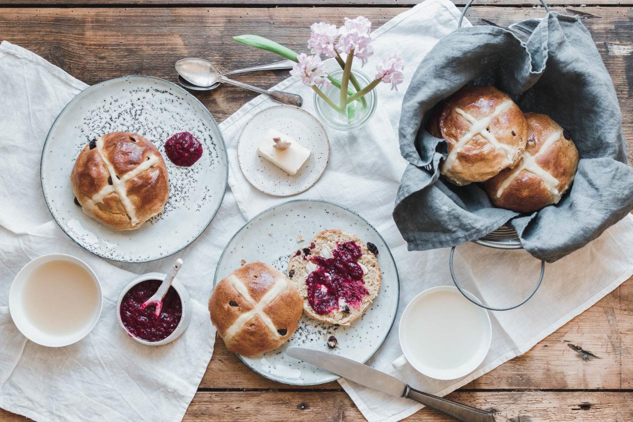 Es gibt nichts besseres: warme Hot-Cross-Buns mit pflanzlicher Butter und Konfitüre! Foto: eat-this.org