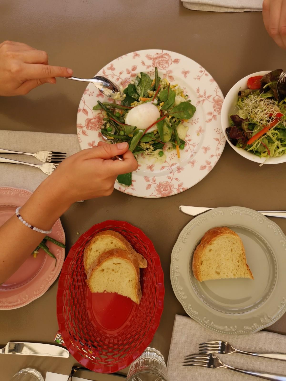 Sommerlicher geht's nicht: Salat mit Gemüse und Onsen-Ei Foto: Lunchgate/Max