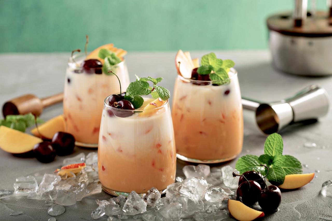 Aus zwei mach eins: Dieser Cocktail nennt sich Piña-Sangria! Foto: shutterstock.com