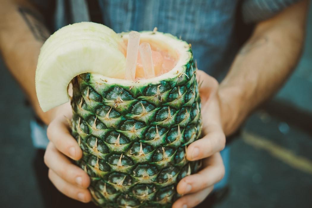Für richtige Piña-Profis: Ihr könnt den Cocktail auch aus der verwendeten Ananas trinken. Foto: unsplash.com