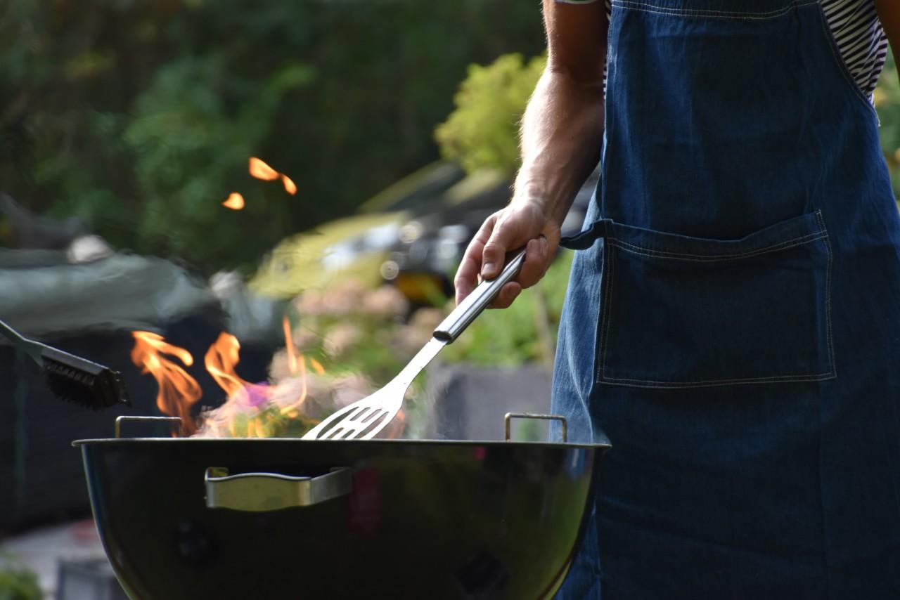 Der eigene Grill ist die umweltfreundlichere und sicherere Version auf öffentlichen Plätzen. Foto: Unsplash/ Vincent Keiman