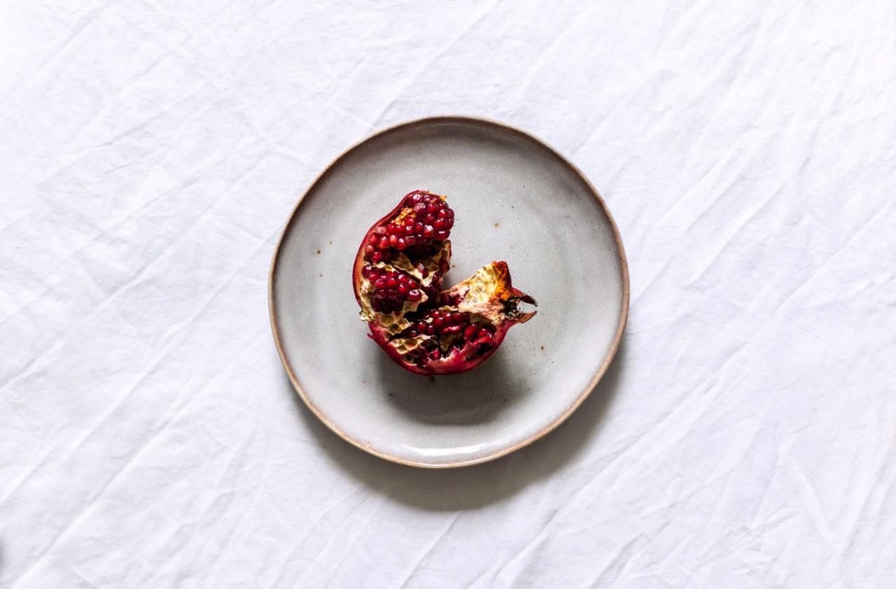 Und sowieso: Granatapfelkerne aus der Frucht herauszubekommen, ist viel zu mühsam. Foto: unsplash.com