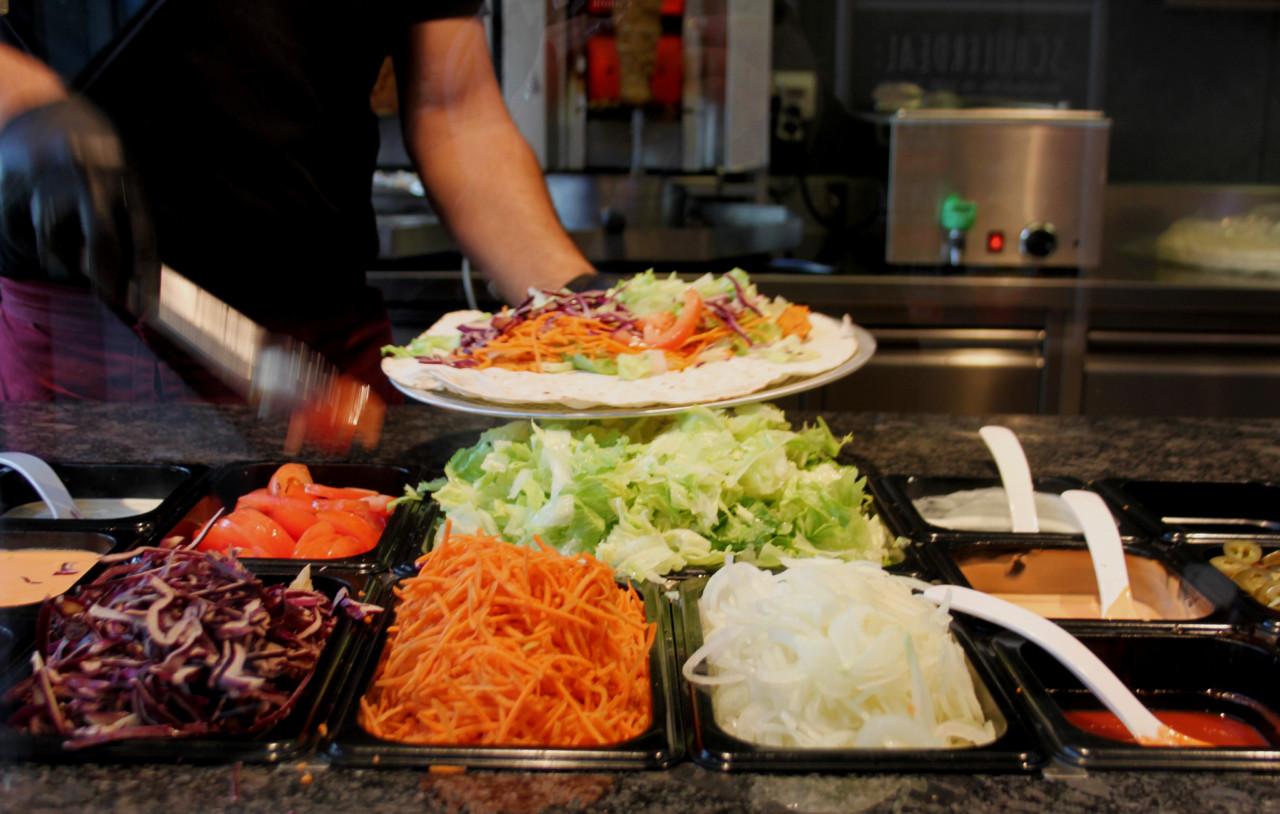 Frisch, farbig und gesund. Die Bulgurmasse wird belegt. Foto: Lunchgate/Selina