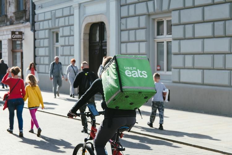Per Uber Eats, eat.ch und Co.: Das essen wird  bei Ghost Kitchen in jedem Fall nicht bei einem Kellner bestellt. Foto: unsplash.com