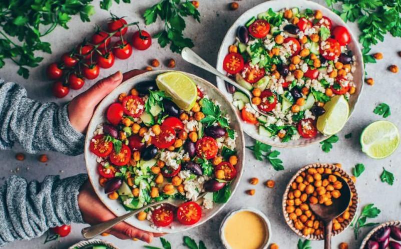 Salat mit Kichererbsen: schneller und leckerer Mittagsimbiss! Foto: biancazapatka.com