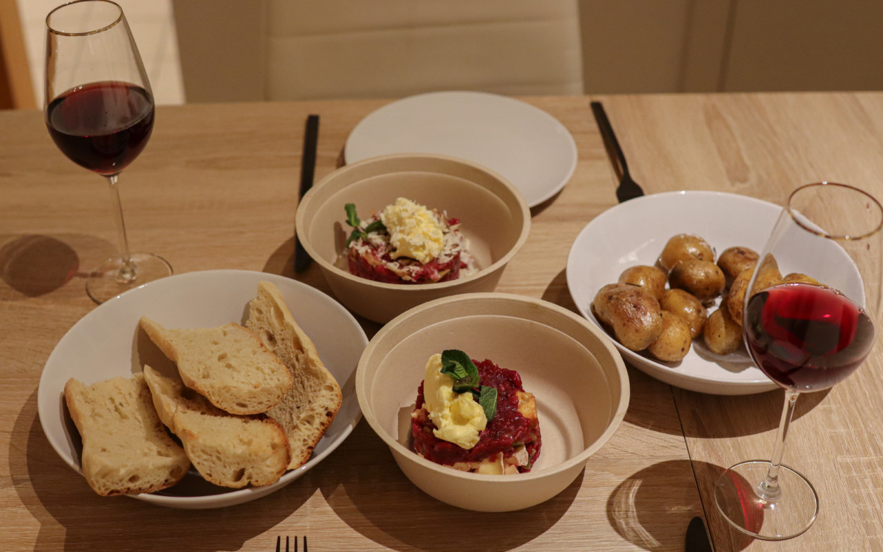 Zum Tatar gibt's geröstetes Baguette und gesalzene Bratkartoffeln. Foto: Lunchgate/Daria