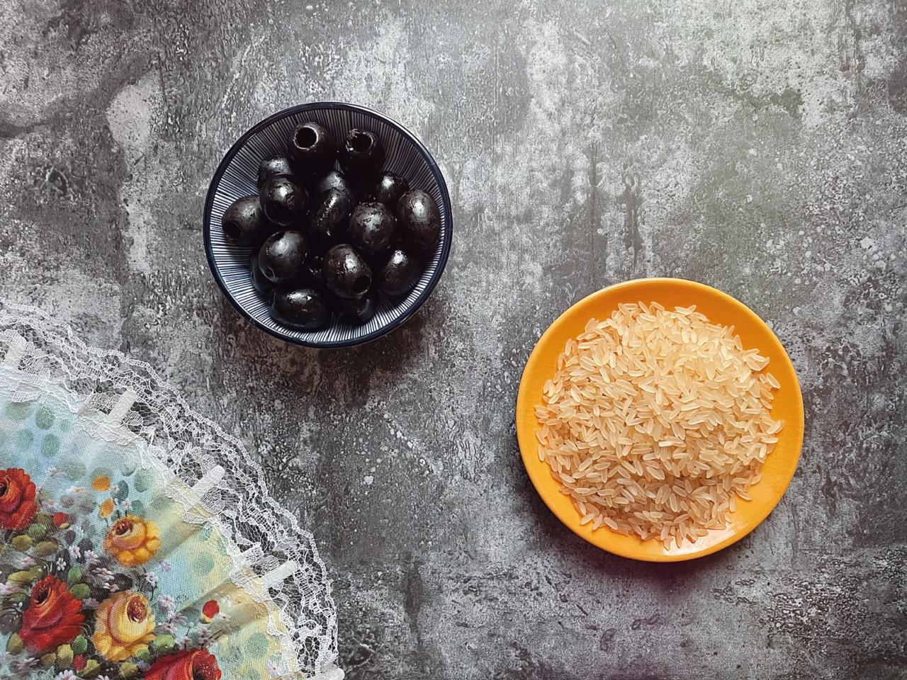 Traditionelle Zutaten für eine Paella sind natürlich auch dabei: Oliven und Reis. Foto: Lunchgate/Selina
