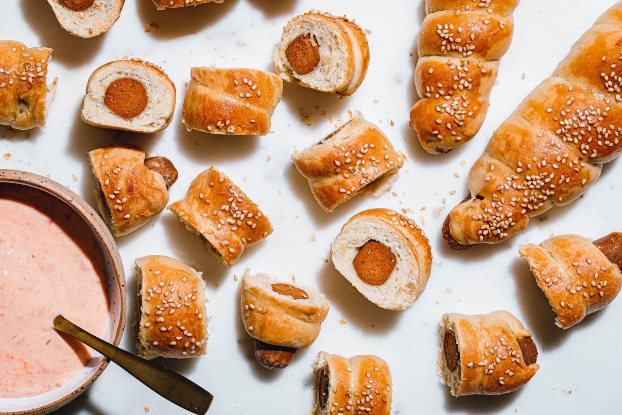 Würstchen in Teig: Ein Highlight der Fingerfood-Kultur. Foto: eat-this.org