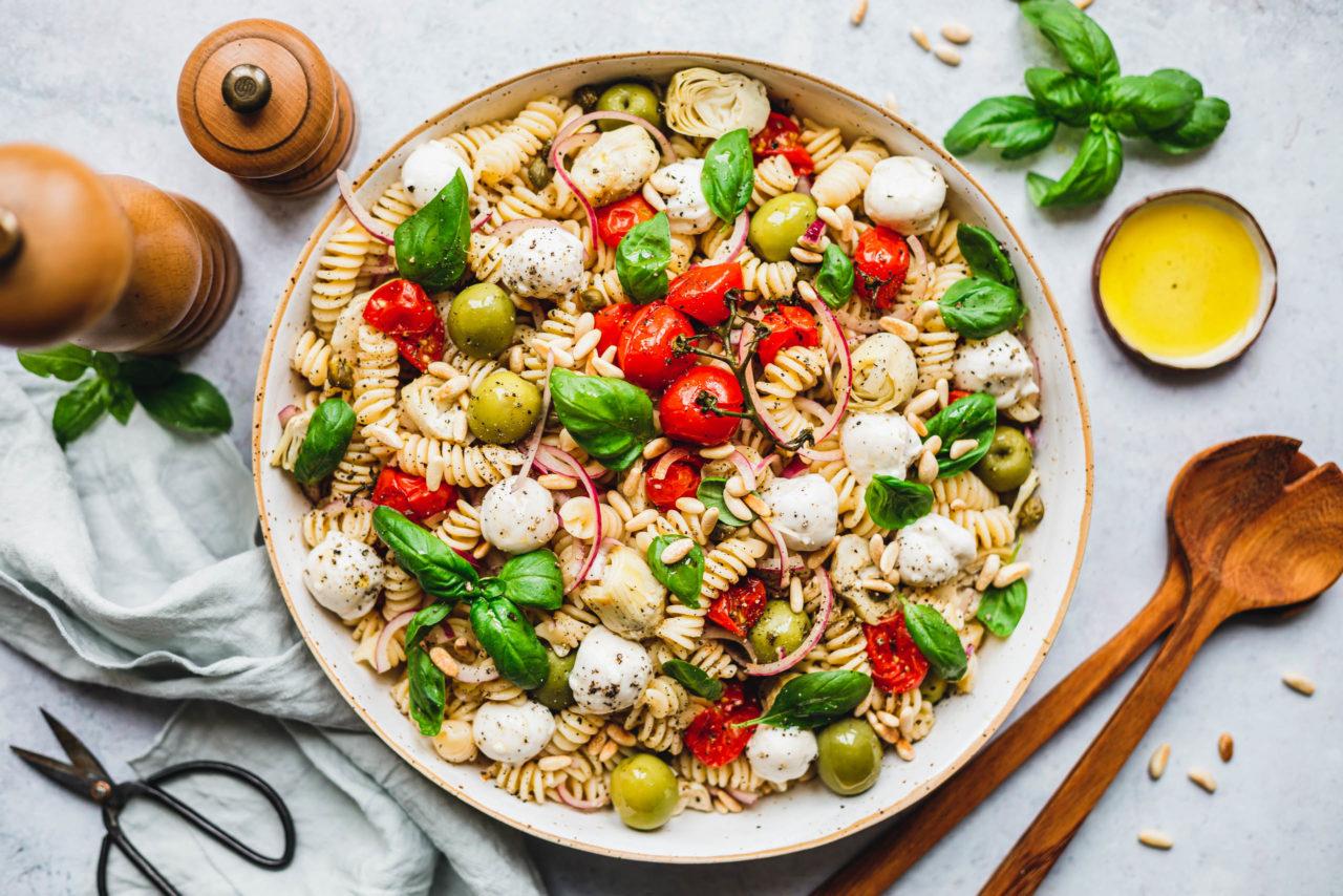 Der Nudelsalat ist dank dem Cashew-Mozzarella auch für Veganer geeignet. Foto: eat-this.org