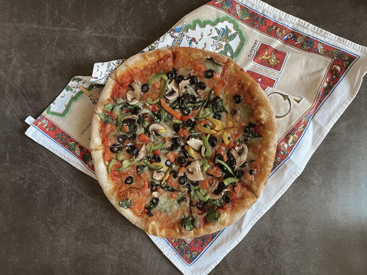 Grünlicher Käse und zu überladen – diese Pizza überzeugt nicht wirklich. Foto: Lunchgate/Selina